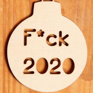 """juldekoration, hängare med text """"f*ck 2020* i trä"""