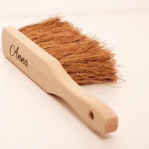 handborste i trä med gravyr